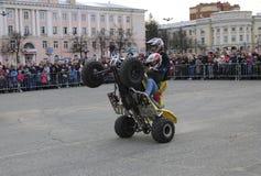 YOSHKAR-OLA, РОССИЯ - 5-ОЕ МАЯ 2018: AutoMotoshow в квадрате Фокусы на Wheelie, Stoppie и Akrobatyka ATV StuntRiding на кваде вел Стоковые Изображения