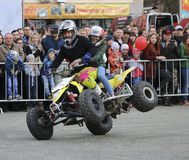 YOSHKAR-OLA, РОССИЯ - 5-ОЕ МАЯ 2018: AutoMotoshow в квадрате Фокусы на Wheelie, Stoppie и Akrobatyka ATV StuntRiding на кваде вел Стоковая Фотография