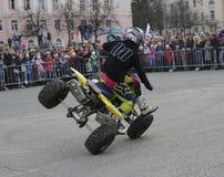 YOSHKAR-OLA, РОССИЯ - 5-ОЕ МАЯ 2018: AutoMotoshow в квадрате Фокусы на Wheelie, Stoppie и Akrobatyka ATV StuntRiding на кваде вел Стоковое Изображение RF