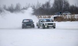 YOSHKAR-OLA, РОССИЯ - 21-ОЕ ЯНВАРЯ 2018: Автосалон зимы - перемещайтесь на автомобили на следе льда, на замороженном озере Стоковое фото RF