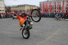 YOSHKAR-OLA, RÚSSIA - 5 DE MAIO DE 2018: Motoshow no quadrado central da cidade Truques em uma motocicleta, dublês, equitação do  imagens de stock