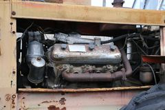 YOSHKAR-OLA, RUSIA - 23 DE NOVIEMBRE DE 2017: Un tractor oxidado abandonado viejo con un motor de trabajo Imagen de archivo libre de regalías