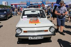 YOSHKAR-OLA, RUSIA, EL 2 DE JUNIO DE 2019: Exposición del auto y de la motocicleta - festival - exposición de la CUMBRE 2019 de Y fotos de archivo libres de regalías