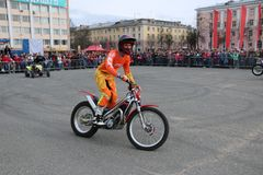 YOSHKAR-OLA, RUSSIA - MAY 5, 2018: Motoshow in the central square of the city. Tricks on a motorcycle, stuntmen, Stunt Riding. YOSHKAR-OLA, RUSSIA - MAY 5, 2018 Royalty Free Stock Photos