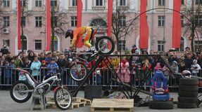 YOSHKAR-OLA, RUSSIA - MAY 5, 2018: Motoshow in the central square of the city. Tricks on a motorcycle, stuntmen, Stunt Riding. YOSHKAR-OLA, RUSSIA - MAY 5, 2018 Stock Photos