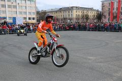 YOSHKAR-OLA, RUSSIA - MAY 5, 2018: Motoshow in the central square of the city. Tricks on a motorcycle, stuntmen, Stunt Riding. YOSHKAR-OLA, RUSSIA - MAY 5, 2018 Royalty Free Stock Photography