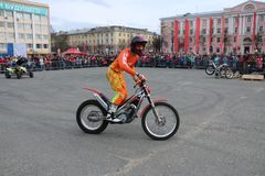 YOSHKAR-OLA, RUSSIA - MAY 5, 2018: Motoshow in the central square of the city. Tricks on a motorcycle, stuntmen, Stunt Riding. YOSHKAR-OLA, RUSSIA - MAY 5, 2018 Stock Photo