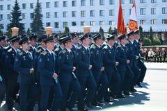 Yoshkar-Ola Ryssland - Maj 9, 2016 Segern ståtar Soldater visar deras beredskap för att försvara deras hemland royaltyfria foton