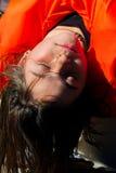 Youg-Mädchen genießt die Wärme des Sun Stockfotos