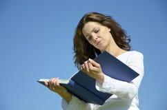 Youg schönes Mädchen, das ein Wissenschaftsbuch liest stockfotos