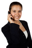 Yougn hispanische Frau, die Handy verwendet lizenzfreie stockbilder