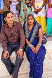 Yougn pary obsiadanie przy Khas Mahal w Agra forcie, Uttar Pradesh, Obrazy Stock