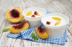 Yougurt с персиками Стоковые Фото