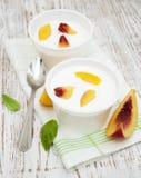 Yougurt met perziken Stock Afbeelding