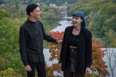 Youing-Paare im schwarzen Hemdlachen laut Stockfoto