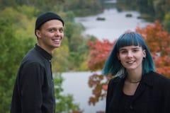 Youing-Paare im schwarzen Hemdlachen laut Stockbild
