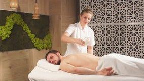 Youn berded l'uomo che si rilassa in un centro di massaggio stock footage