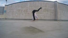 Youn breakdancer na ulicie, 4k zdjęcie wideo
