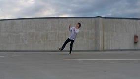 Youn breakdancer op de straat, backflip slowmotion stock footage
