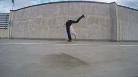 Youn breakdancer op de straat, 4k stock videobeelden