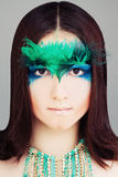 Yound妇女时装模特儿 与构成的面孔 免版税库存照片