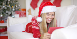 Yound die mooie meisjesvideo glimlachen die met vrienden babbelen Royalty-vrije Stock Afbeeldingen