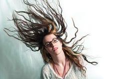 Yound Frau, die Haar rüttelt lizenzfreies stockbild