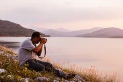 Yound man som tar kameran Fotografering för Bildbyråer