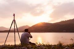 Yound-Mann, der Kamera nimmt Stockfotografie