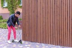 Yound maschile arabo affascinante Guy Rides Scooter, divertimento e fotografie stock libere da diritti