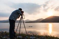 Yound mężczyzna bierze kamerę Obrazy Royalty Free