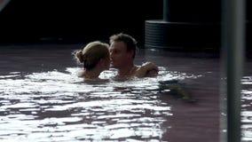 yound pary dopłynięcie w children basenie zbiory wideo