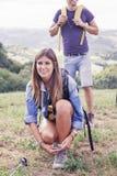Yound vrouwelijke wandelaar die haar schoen binden Royalty-vrije Stock Afbeeldingen