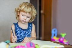 Youndmeisje het schilderen tekening in album royalty-vrije stock fotografie