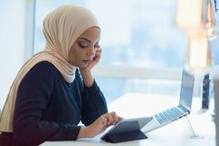Free Young African American Business Woman Sitting At Her Desk And Working On Her Laptop Royalty Free Stock Images - 173996669