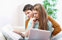 Young anxious couple consults their bank account Royalty Free Stock Photos