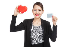 Young Asian business woman with a blank card and red heart Royalty Free Stock Photography
