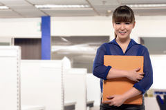 Young asian business woman holding report document Royalty Free Stock Photography