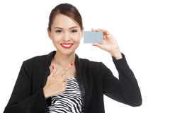 Young Asian business woman point to a blank card Royalty Free Stock Images