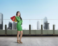 Young asian business woman with shopping bag Royalty Free Stock Photography
