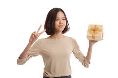 Young Asian business woman show Victory sign with a gift box Stock Photos