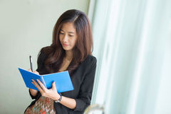Young asian business woman writing a note Royalty Free Stock Images