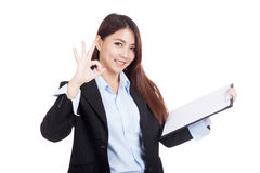 Young Asian businesswoman OK with clipboard Royalty Free Stock Photos