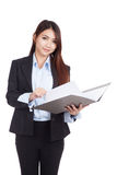 Young Asian businesswoman open a  folder Royalty Free Stock Images