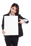 Young Asian businesswoman point to  vertical  blank sign Royalty Free Stock Image