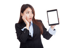 Young Asian businesswoman shock show tablet pc Royalty Free Stock Photos