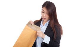 Young Asian businesswoman surprise look inside brown envelopes Stock Photography
