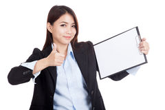 Young Asian businesswoman thumbs up with blank clipboard Royalty Free Stock Photos