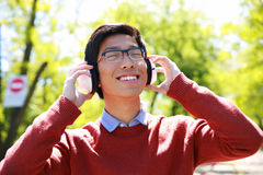 Young asian man listening to musi Royalty Free Stock Photography