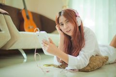 Young asian woman listening to music Royalty Free Stock Photos